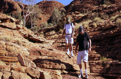 australia kings canyon hikers 400x260